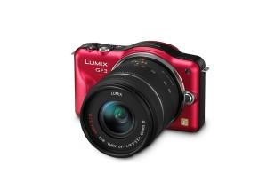 Panasonic Lumix DMC-GF3 - rot, von vorn, seitlich von oben (Bild: Panasonic)